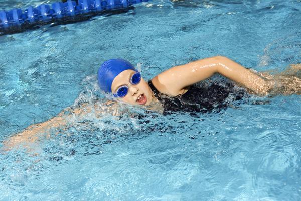 khi bơi lội các cơ được kéo ra giúp tăng sự dẻo dai và phát triển chiều cao