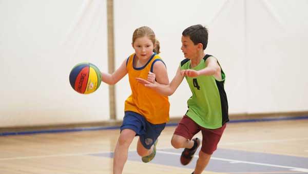 Cần cho trẻ vận động ít nhất 1 tiếng/ngày.